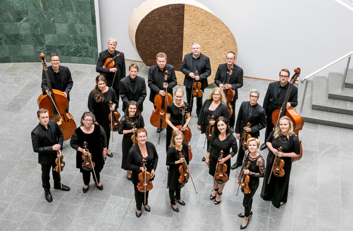 Keski-Pohjanmaan kamariorkesteri kuvattuna Kokkolan kirjastossa.