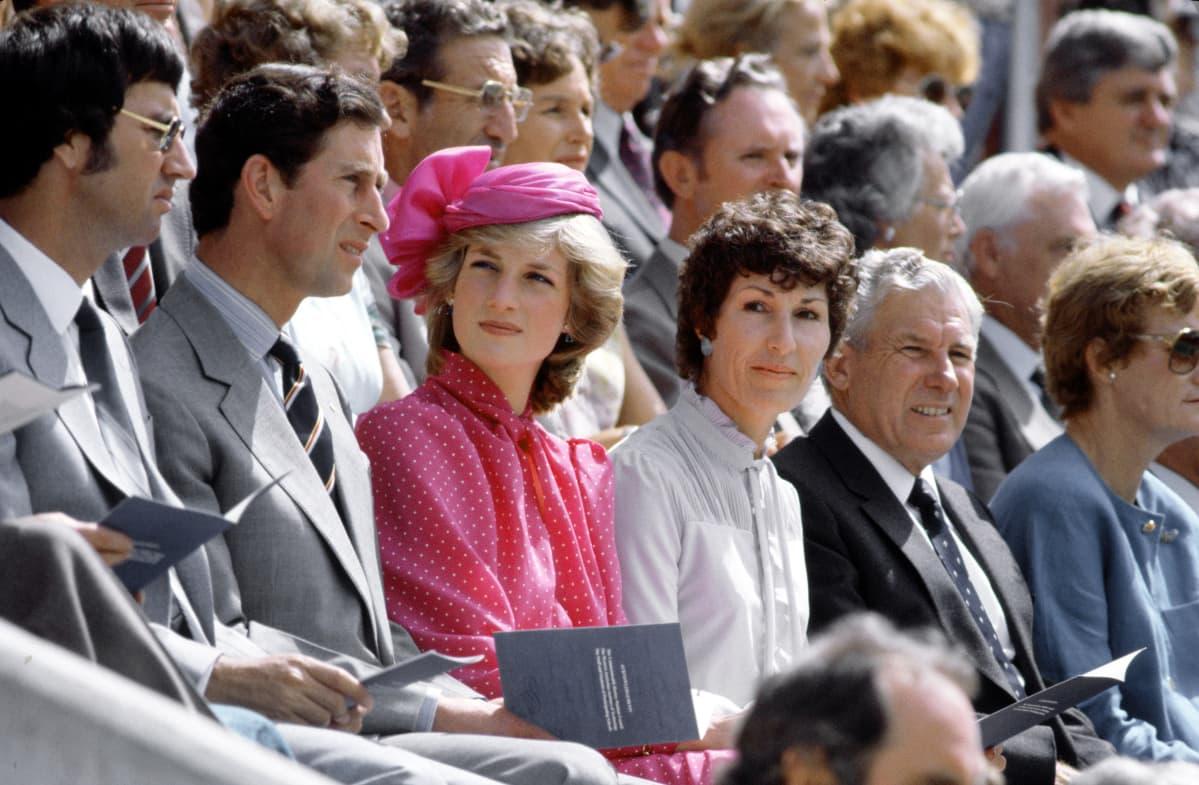 Prinsessa Diana pinkissä hatussa.