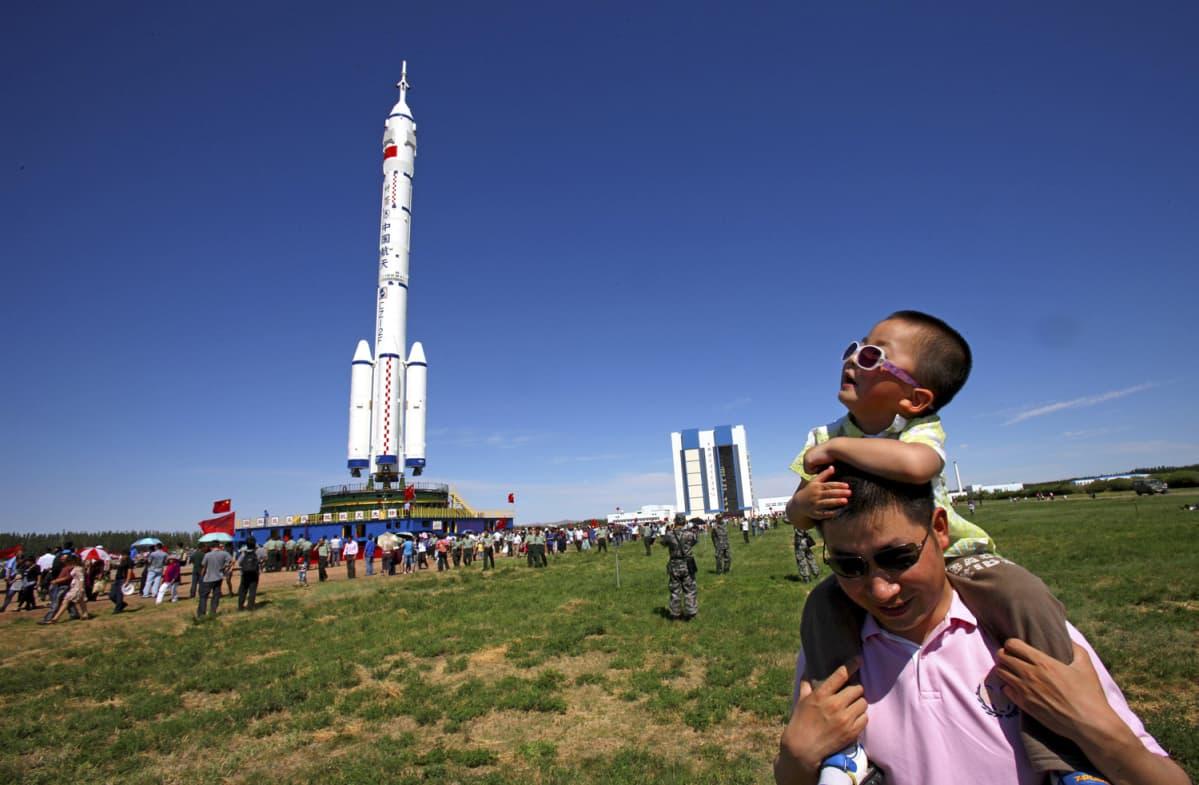 Ihmisiä seuraamassa Shenzhou-9-aluksen  kuljetusta laukaisuaslustalle 9.6.2012.