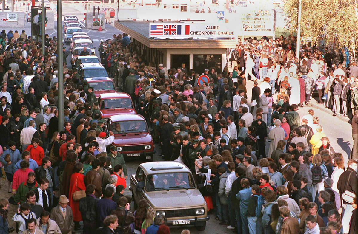 Itäsaksalaisia autoja jonottamassa Länsi-Berliiniin Checkpoint Charlien raja-asemalla.