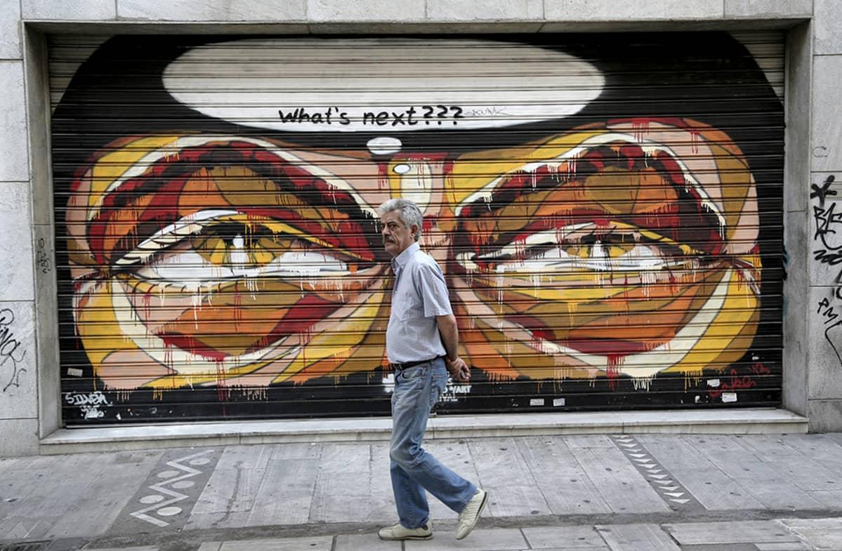 Kreikkalaismies käveli suljetun kaupan ohi Ateenassa 15. kesäkuuta.
