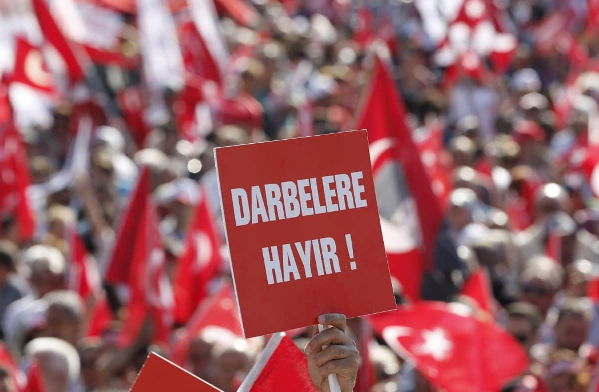 Vallankaappausyritystä vastustava mielenosoitus Istanbulissa