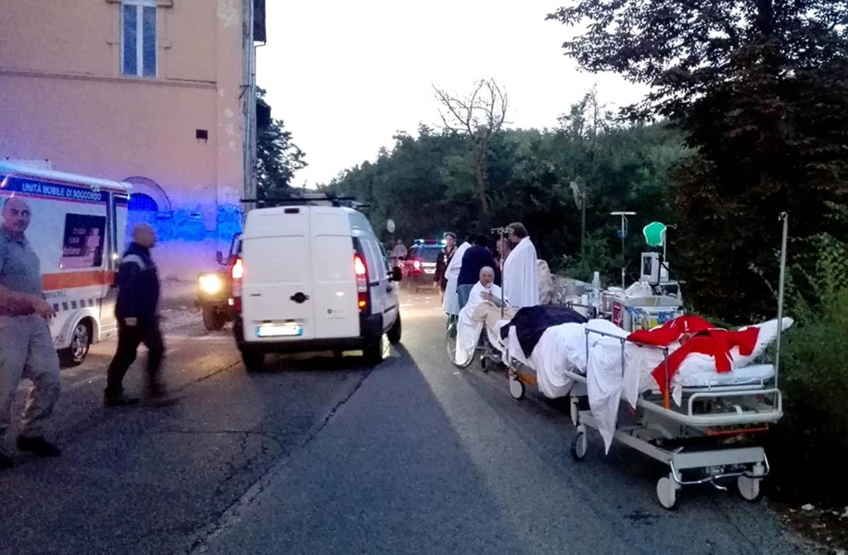 Maanjäristyksen uhreja viedään sairaalaan Amatricen kaupungissa Italiassa keskiviikkona.