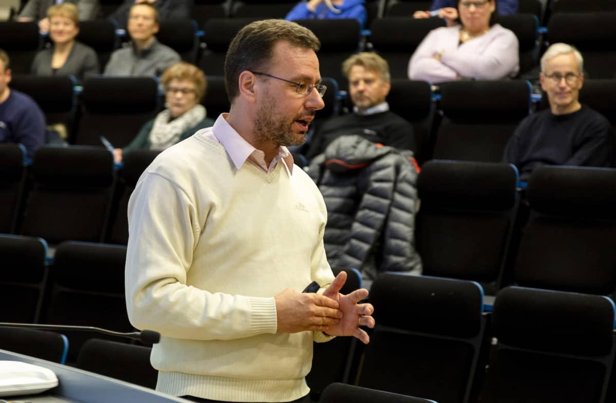 Sven-Eric Holmström esitelmoi osakesäästämisestä Metropolia ammattikorkeakoulussa Myyrmäessä.