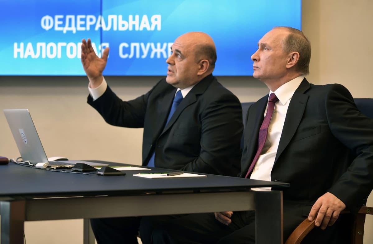 Venäjän pääministeriksi nouseva Mihail Mišustin on toiminut Venäjän korkeimpana verojohtajana. Tässä hän on kuvassa presidentti Putinin kanssa, kuva on vuodelta 2017.
