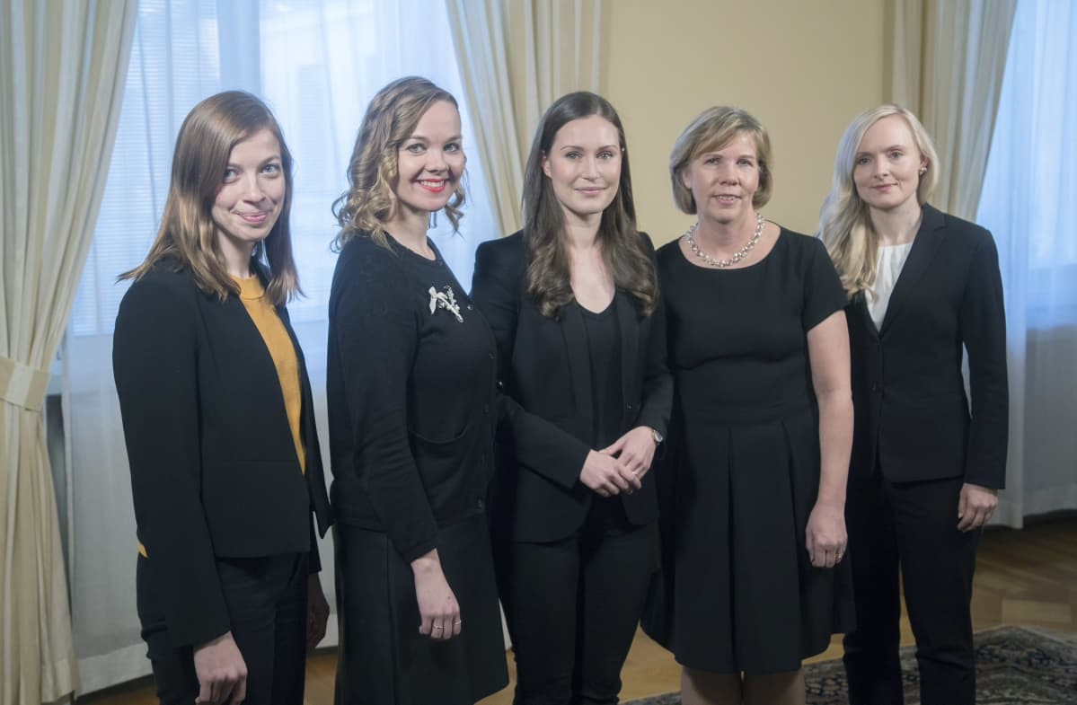 Li Andersson, Katri Kulmuni, Sanna Marin, Anna-Maja Henriksson ja Maria Ohisalo rinnakkain..