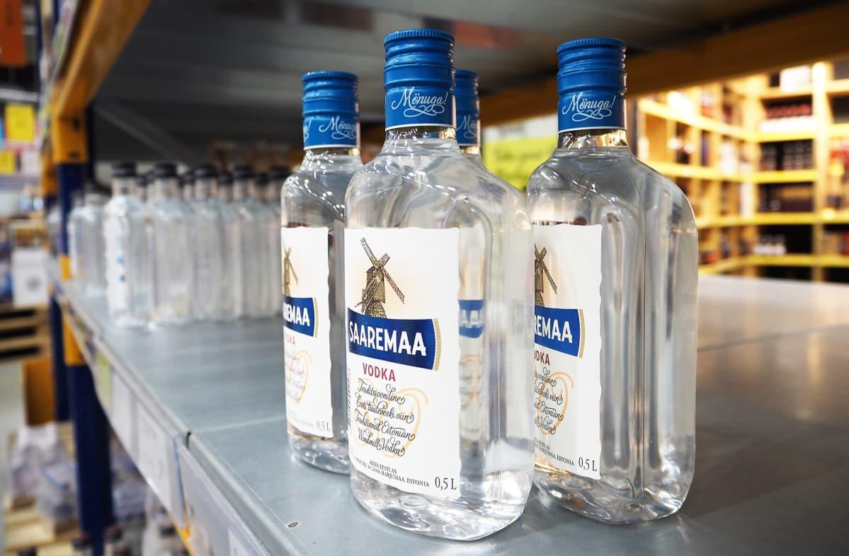 Vodkapulloja tallinnalaisen myymälän hyllyssä.