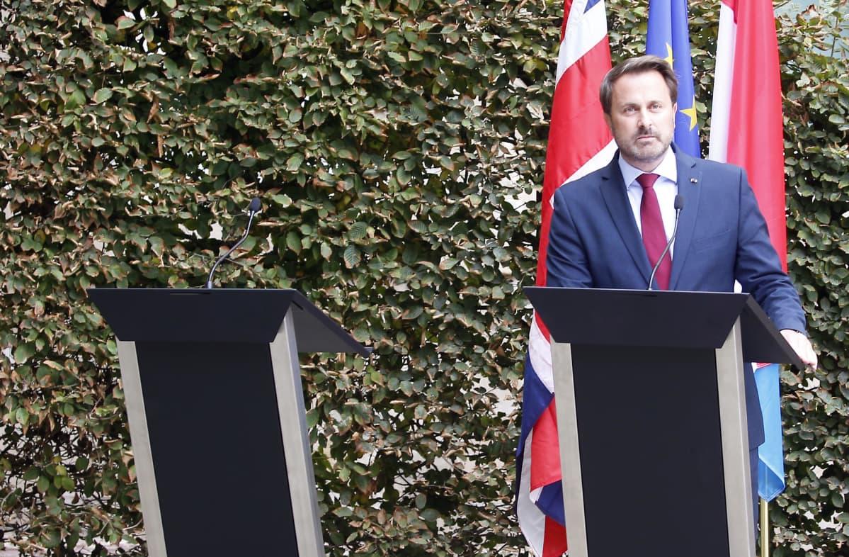 Luxemburgin pääministeri Xavier Bettel joutui maanantaina pitämään lehdistötilaisuuden yksin. Bettelin Luxemburgissa tavannut Britannian pääministeri Boris Johnson joutui perumaan osallistumisen tilaisuuteen protestin vuoksi.
