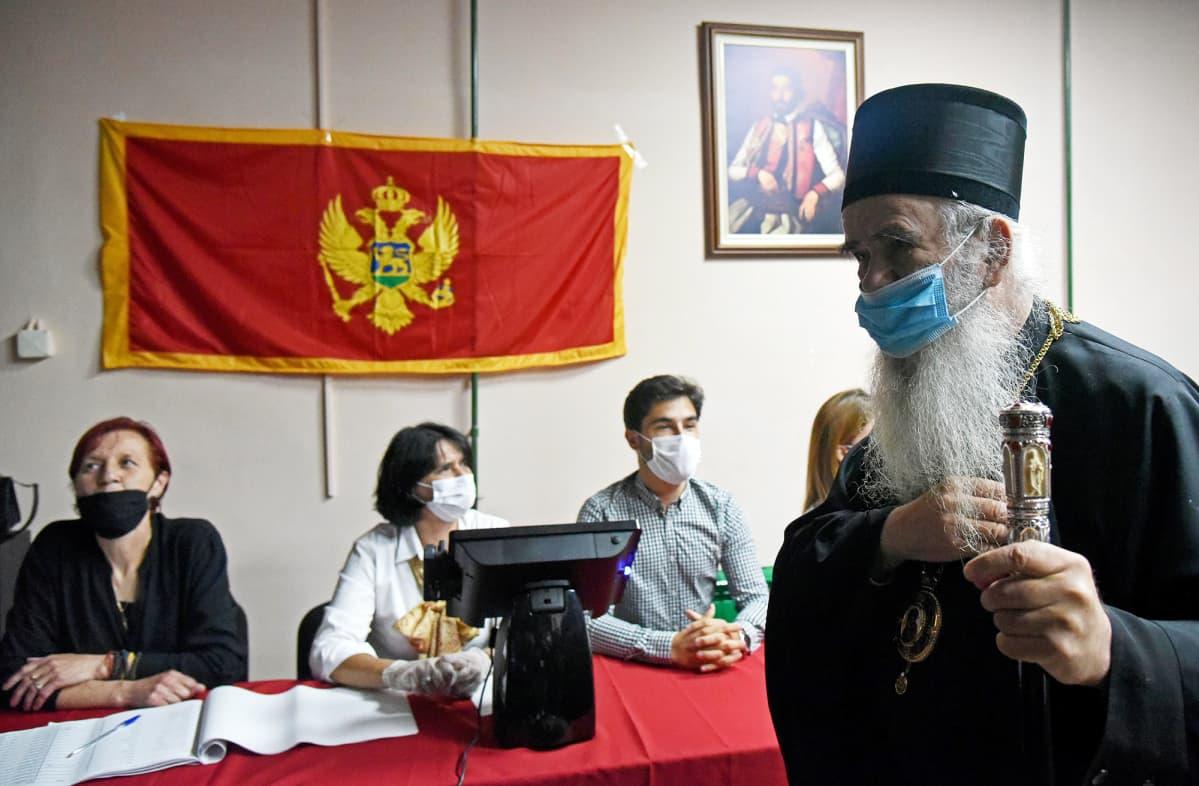 Serbian ortodoksikirkon piispa Amfilohije äänestämässä.
