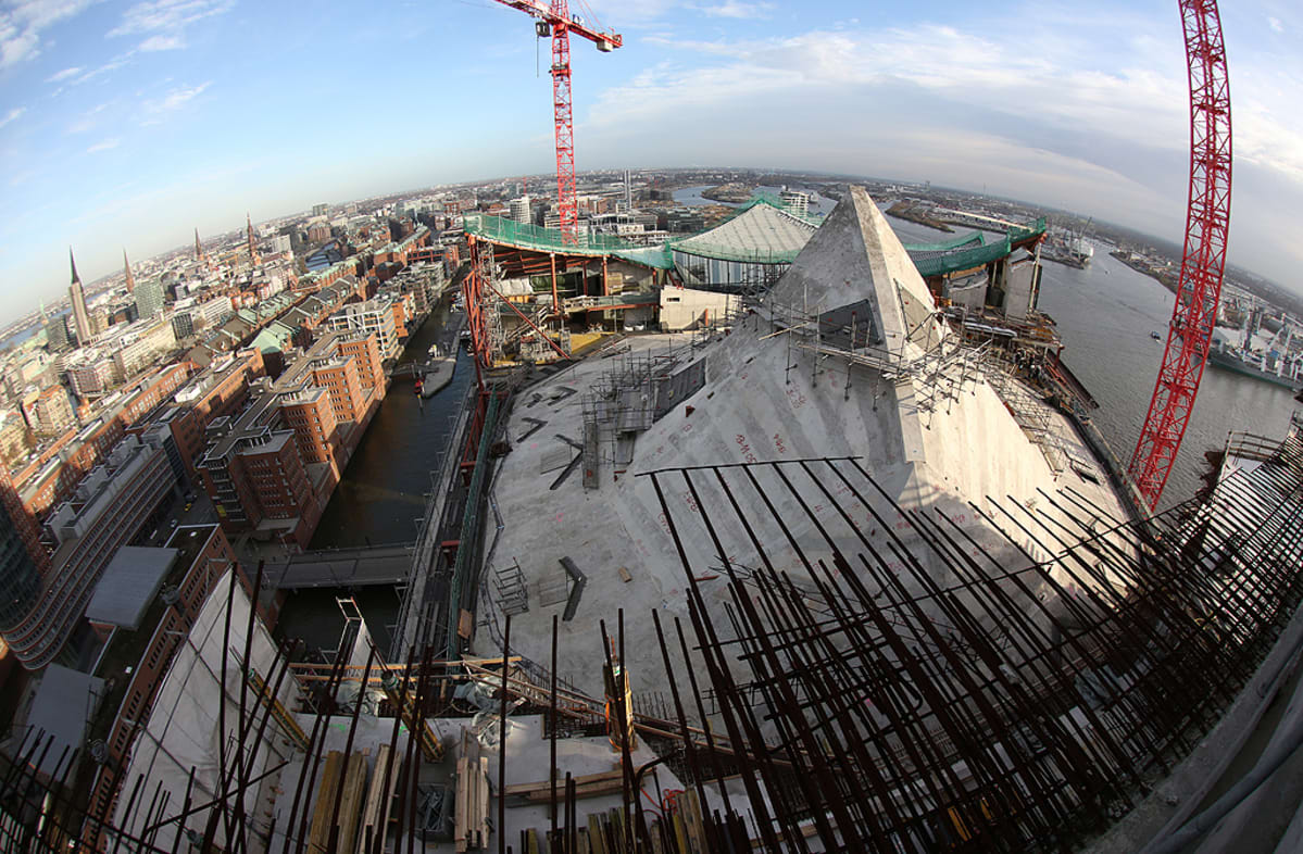 Elbphilharmonie-konserttitalo ja sen kupoli rakenteilla.