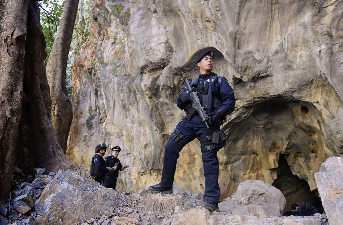 """Meksikon poliisi vartioi Michoacán osavaltiossa sijaitsevaa luolaa, jonne Servando Gómez Martínez, """"La Tuta"""", oli piiloutunut. Kuva on otettu 2. maaliskuuta."""