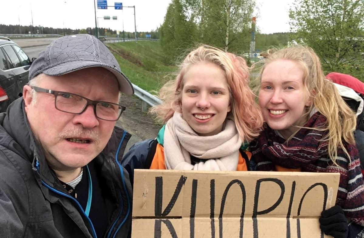 Veera Leppänen ja Ida Roikonen osallistuvat viikonlopun Hitchball 4000-liftauskilpailuun. Ylen toimittaja Petri Vironen testasi lauantaina miten pitkälle pääsee peukalokyydillä kolmessa tunnissa, tulos 100 km.