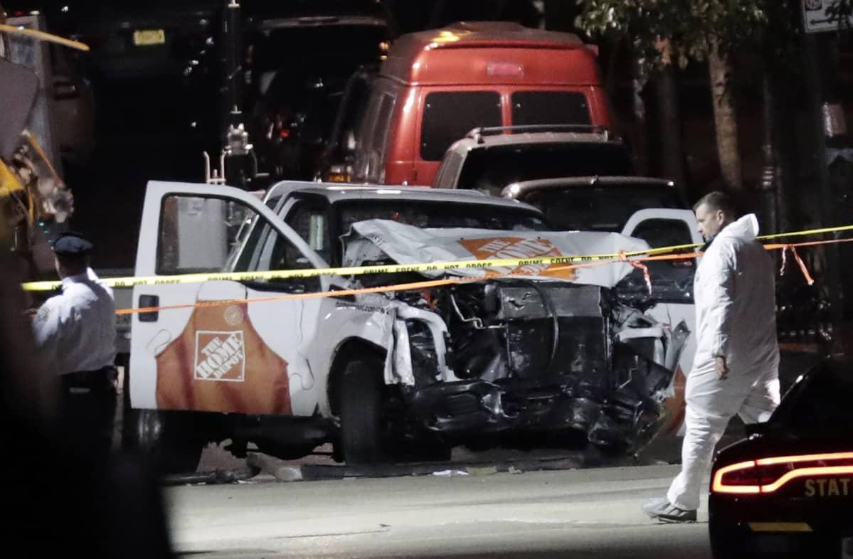 Viranomaiset tutkivat terroristi-iskussa käytettyä autoa New Yorkissa 31. lokakuuta.