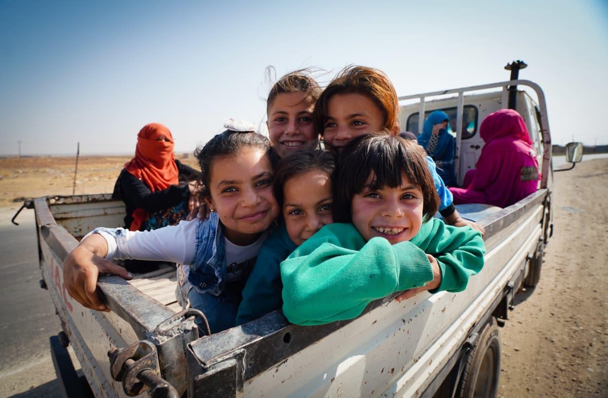 Koillis-Syyrian teillä on lukuisia autoja, joiden lavoilla on perheitä etsimässä turvaa Turkin hyökkäykseltä.