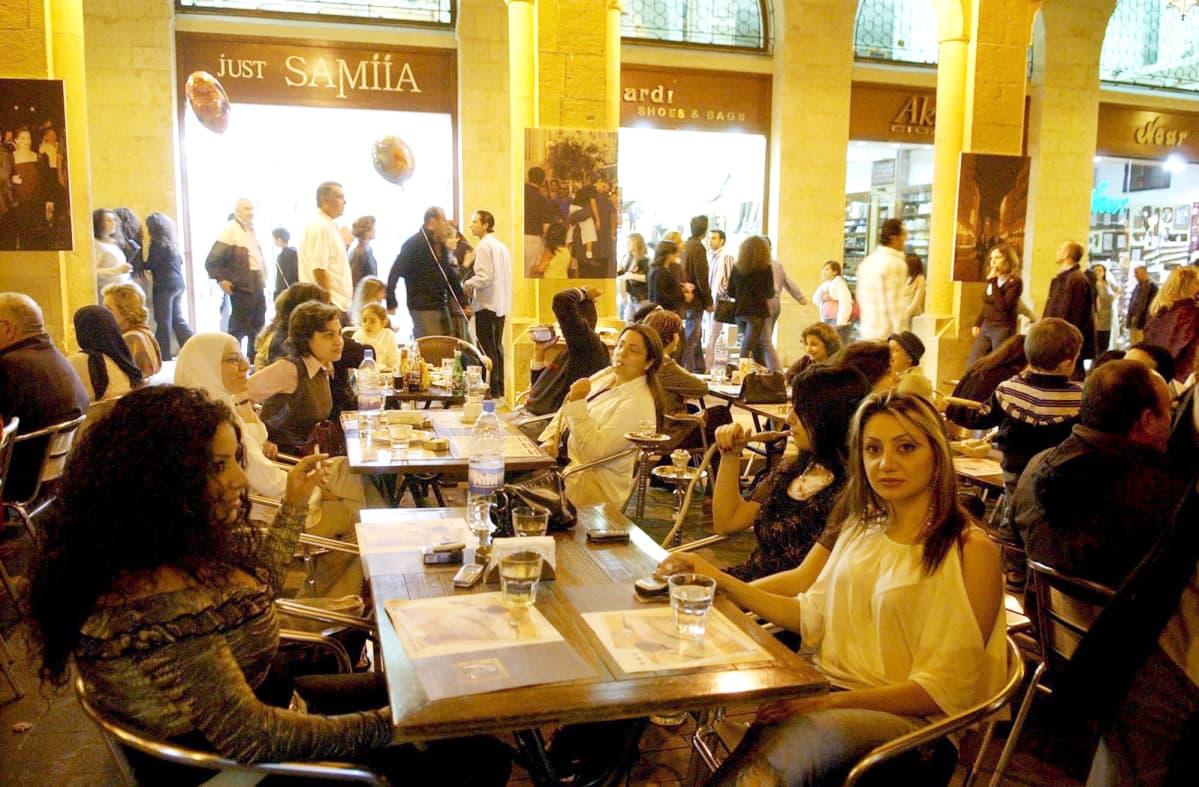Asiakkaat polttavat vesipiippua ravintolassa Beirutissa.