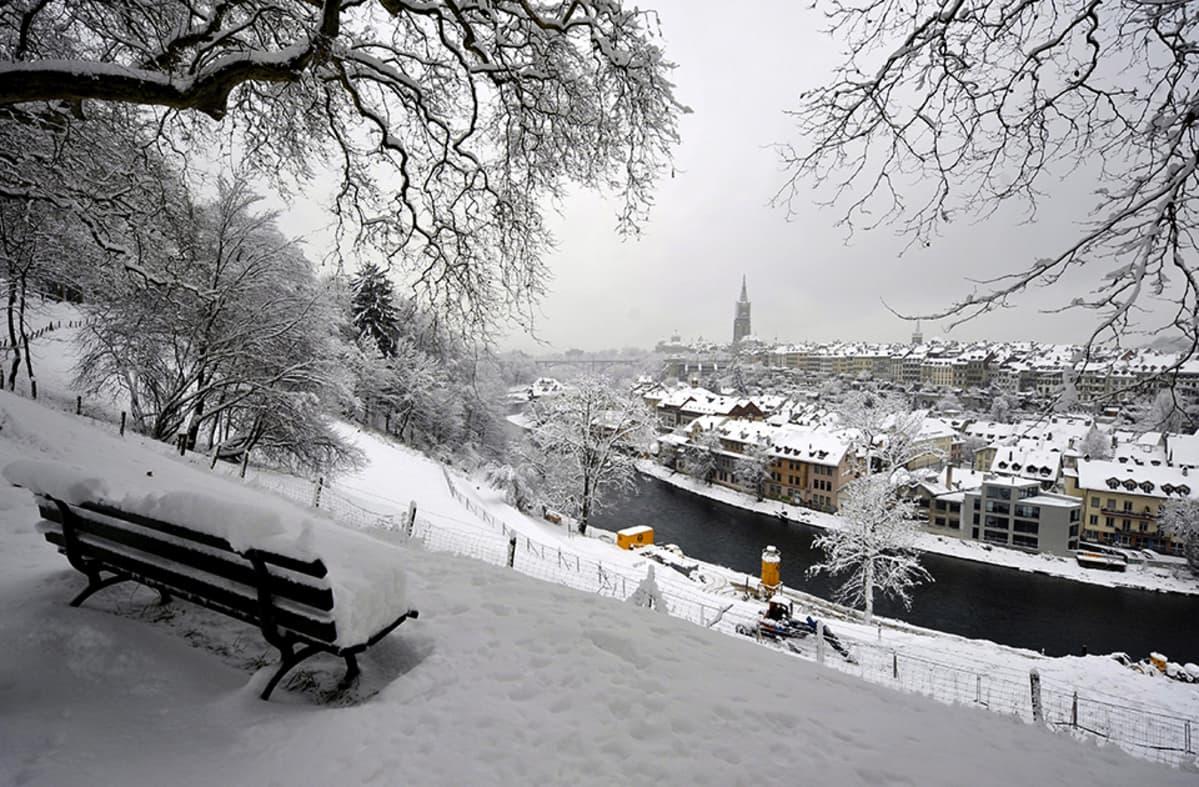 Luminen Bern kuvattuna puistosta.