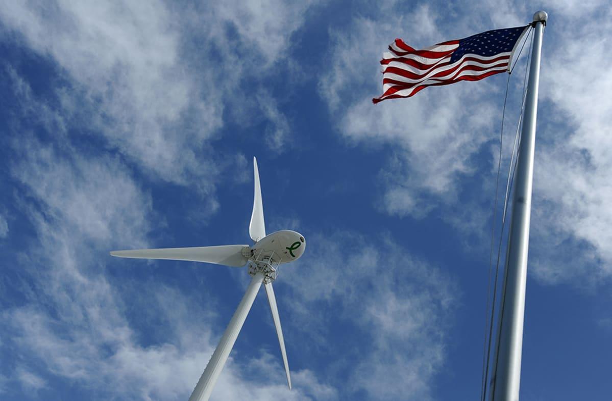 Tuulivoimala ja Amerikan lippu.