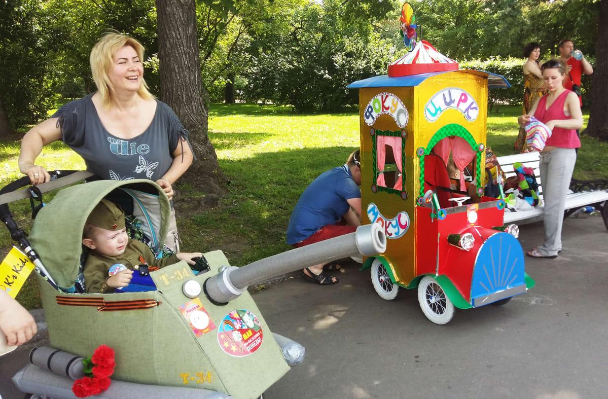 Lastenvaunuparaati Grokin puistossa kesäkuussa.