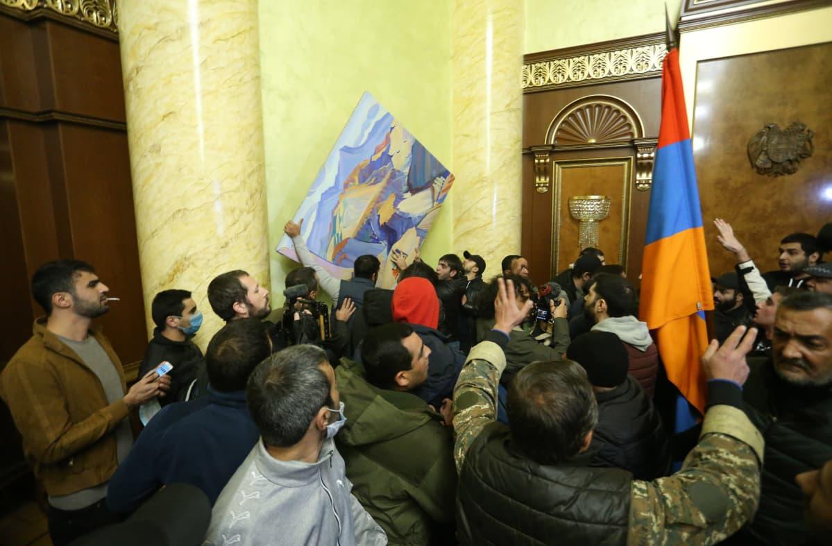 mielenosoittajia Armenian parlamentissa