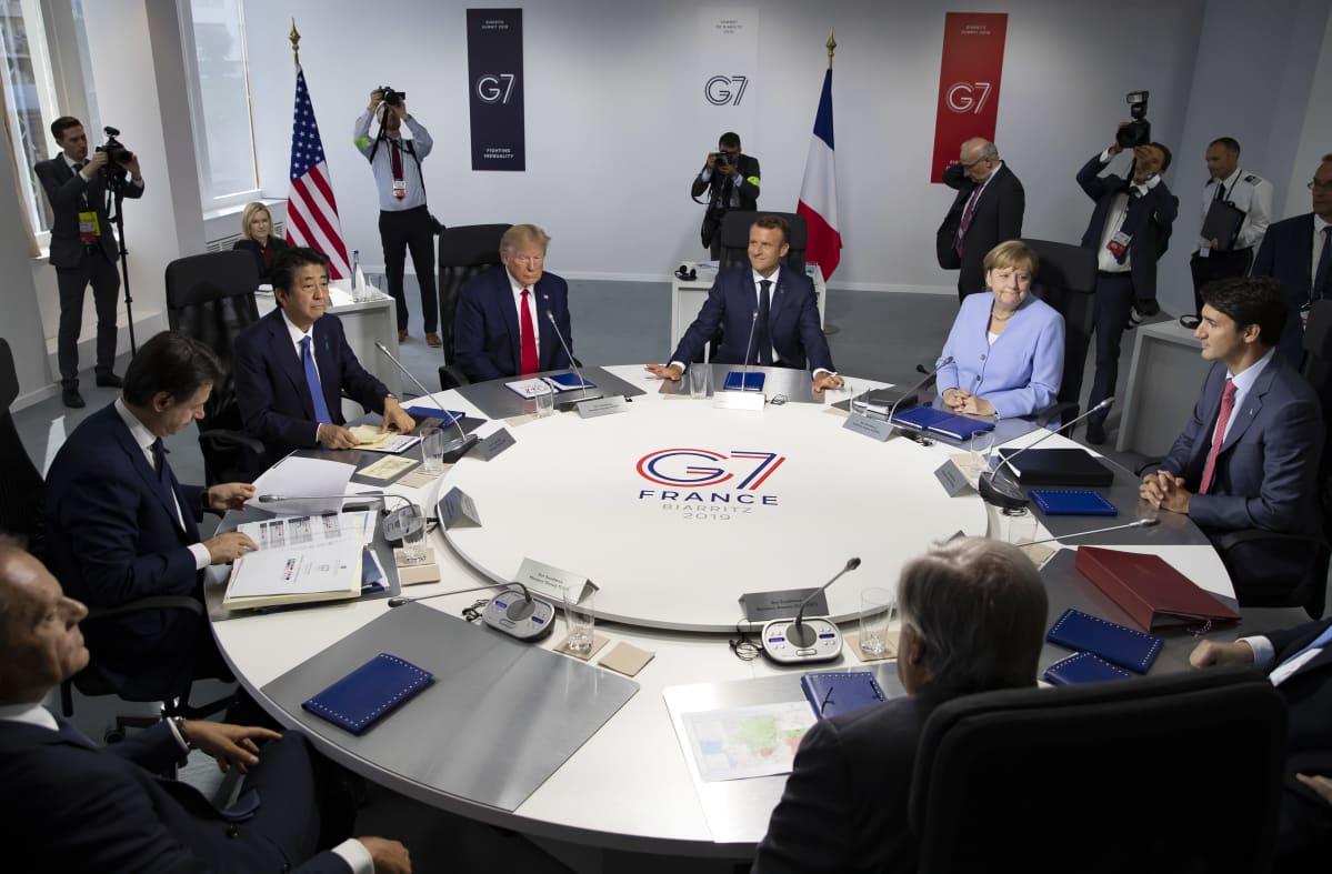 G7-maiden kokous Ranskassa elokuussa 2019. Pyöreän pöydän ääressä mm. Trump, Merkel, Macron ja Trudeau