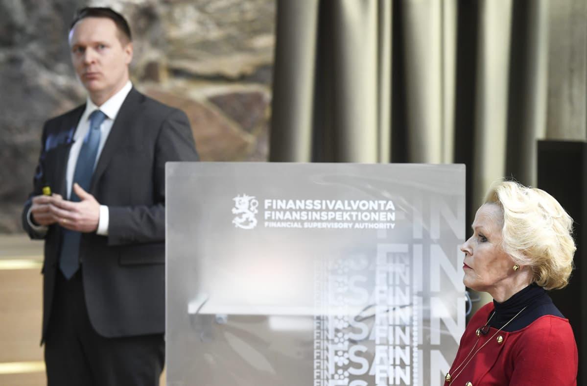 Apulaisjohtaja Jyri Helenius ja johtaja Anneli Tuominen Finanssivalvonnan lehdistötilaisuudessa.