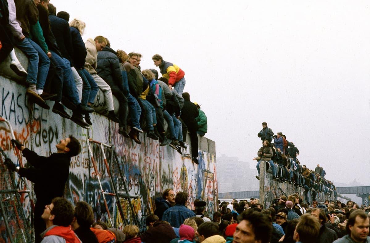 Ihmisiä Berliinin muurilla 10. marraskuuta 1989.