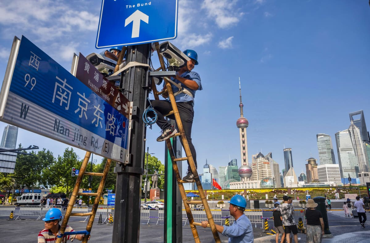 Shanghaissa asennettiin valvontakameraa Bund-joenvarsibulevardin tuntumaan 24. elokuuta 2020.