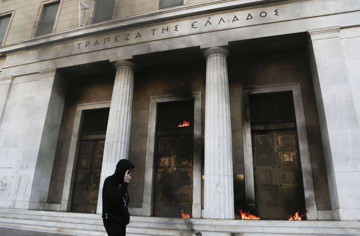 Mielenosoittajien heittämien polttopullojen aiheuttamia tulipaloja pankissa.