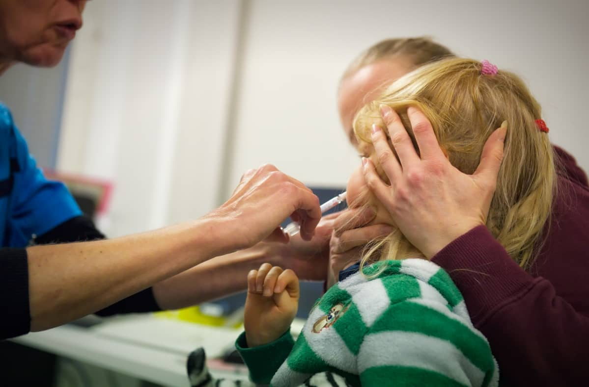 Lapsi saa nenäsumuterokotteen.