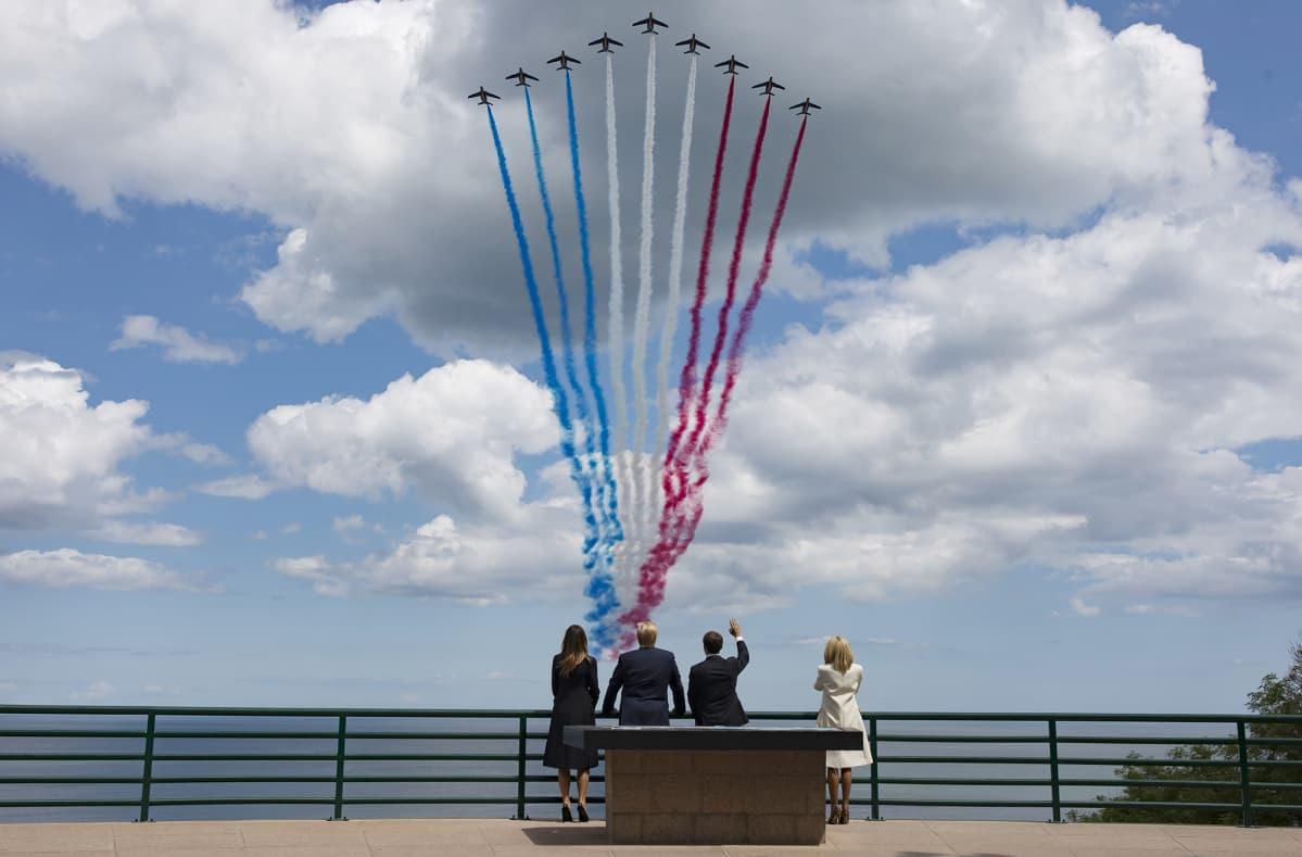 Donald Trump ja Melania Trump sekä Emmanuel Macron ja Brigitte Macron seuraavat  ylilentoa Normandian maihinnousun 75-vuotisjuhlallisuuksiin 6. kesäkuuta.
