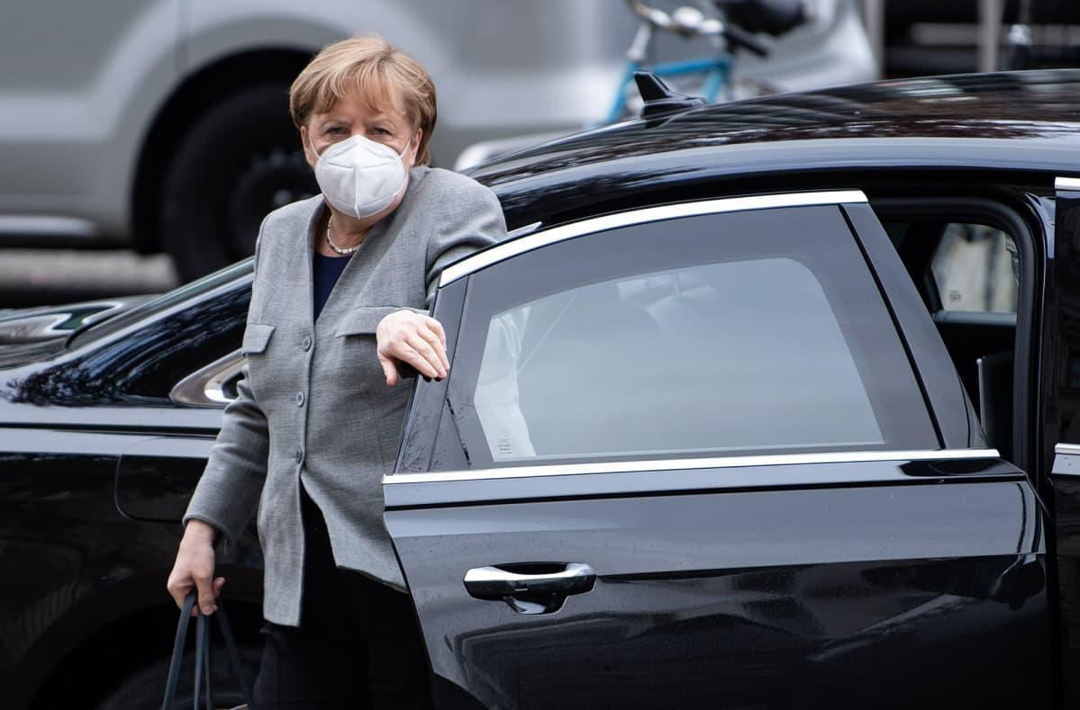 Saksan liittokansleri Angel Merkel poistuu autosta.