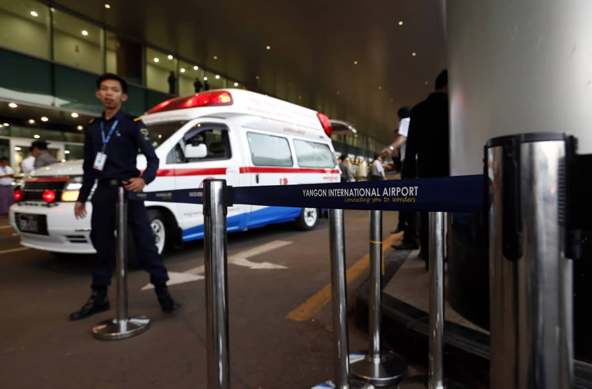 Lentokentän turvamies pitää vahtia ambulanssin luona.