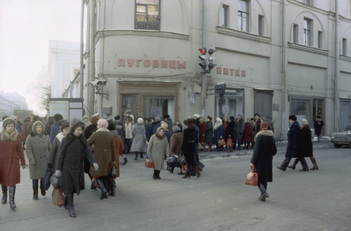 Jono leningradilaisen lankakaupan edessä vuonna 1980. Venäläisiä naiset ovat talvivaatteissaan.
