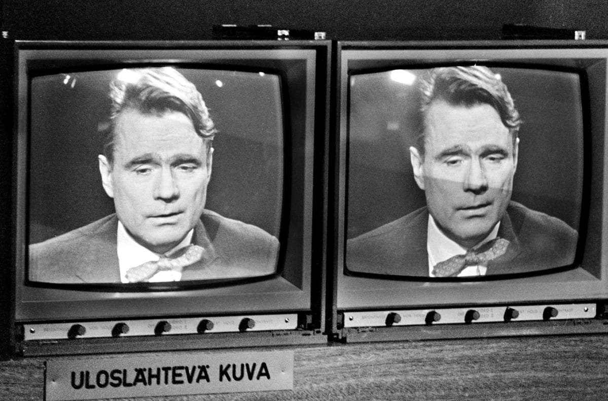 Suomen pääministeri  Mauno Koivisto haastateltavana pääministerin kyselytunnilla televisiossa.