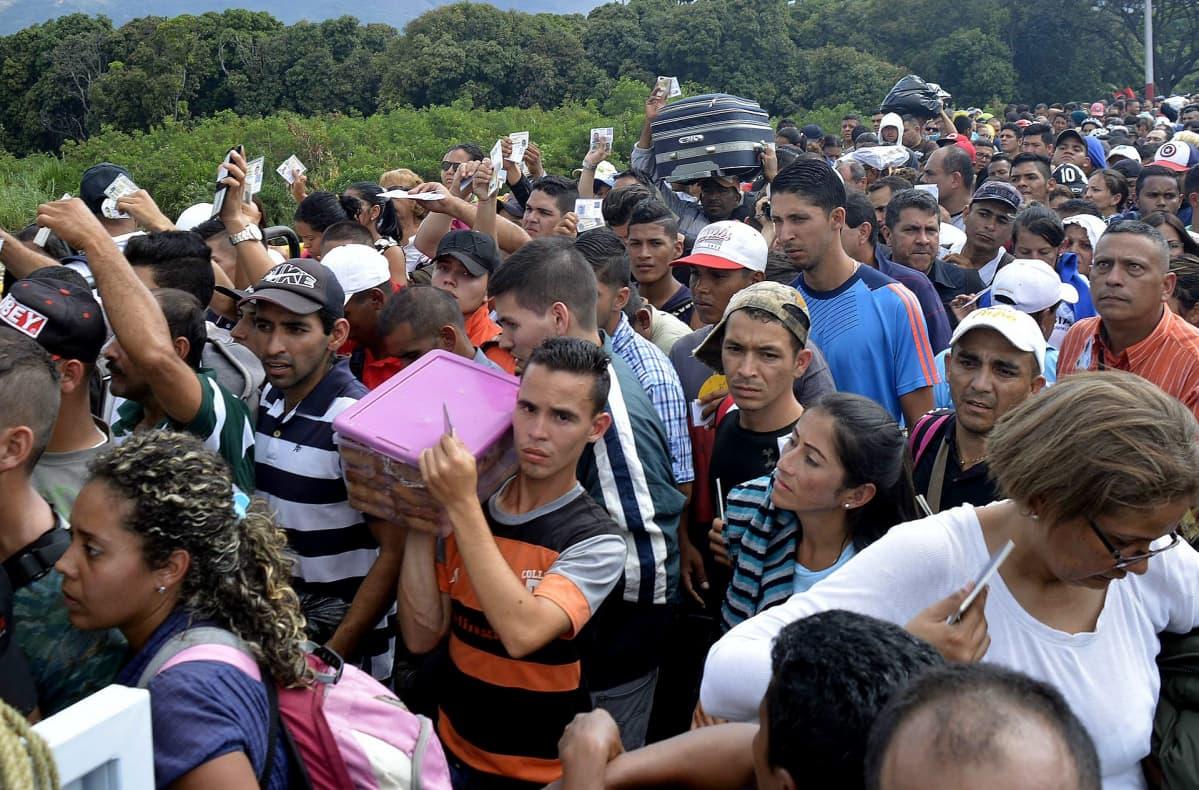 Ihmisiä Venezuelan ja Kolumbian välisellä Simon Bolivarin sillalla.