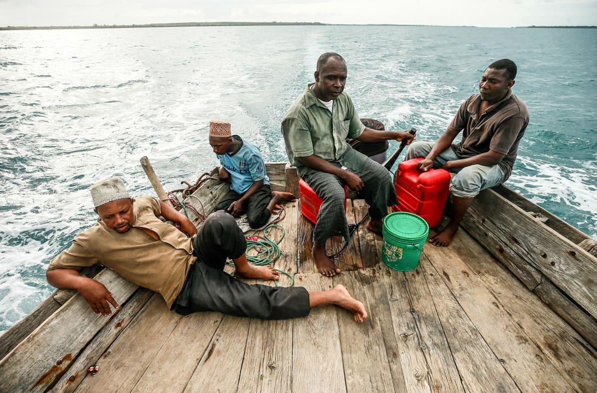 miehiä kalastusveneessä