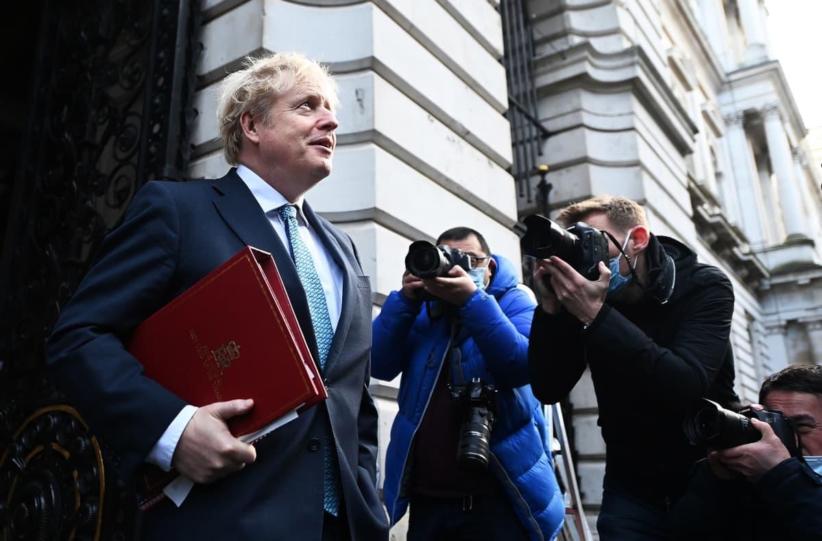 Pääministeri Boris Johnson poistumassa Downing Street 10:stä