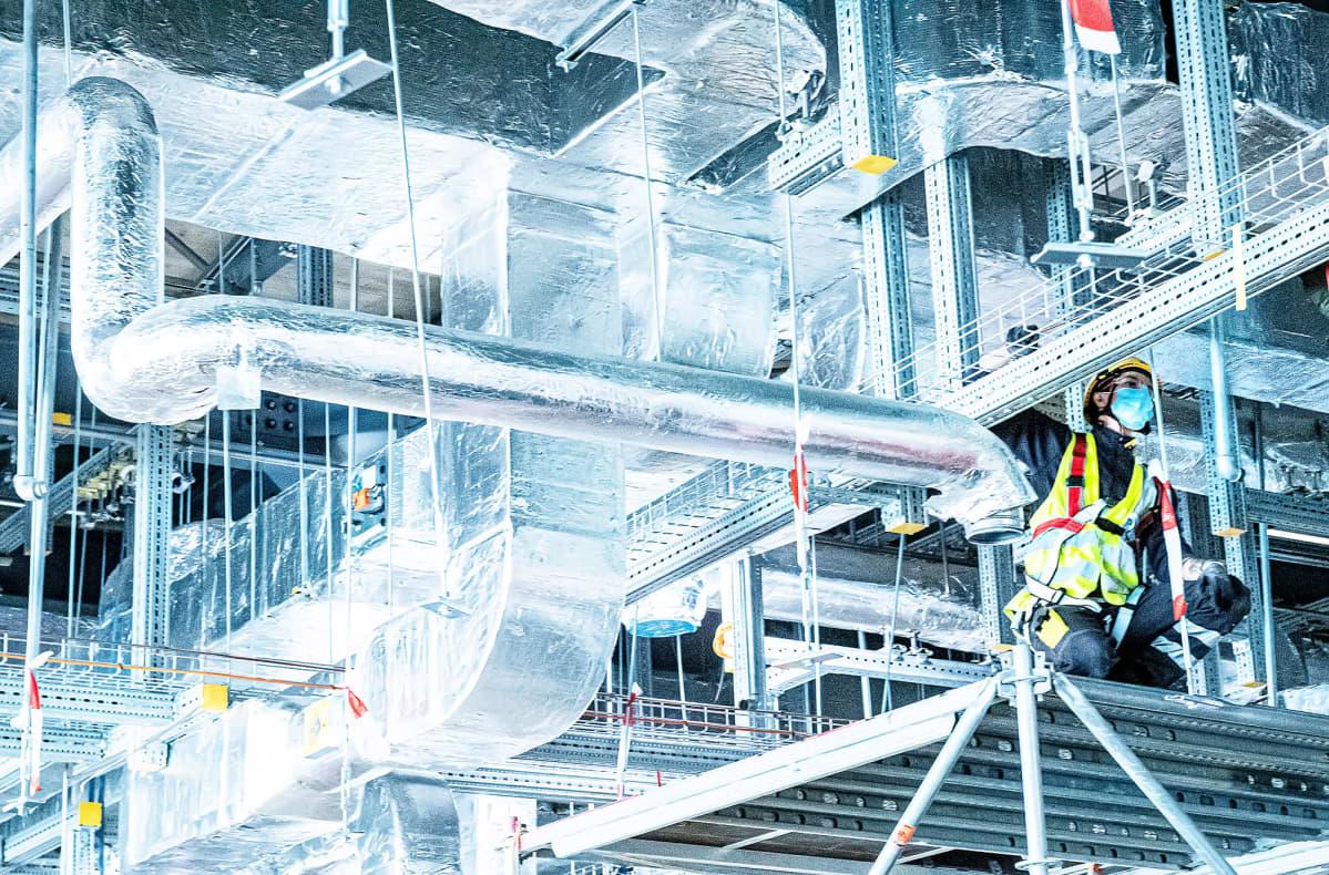 Työntekijä asentaa Modernan koronarokotteen tuotantolinjastoa Lonzassa, Sveitsissä.