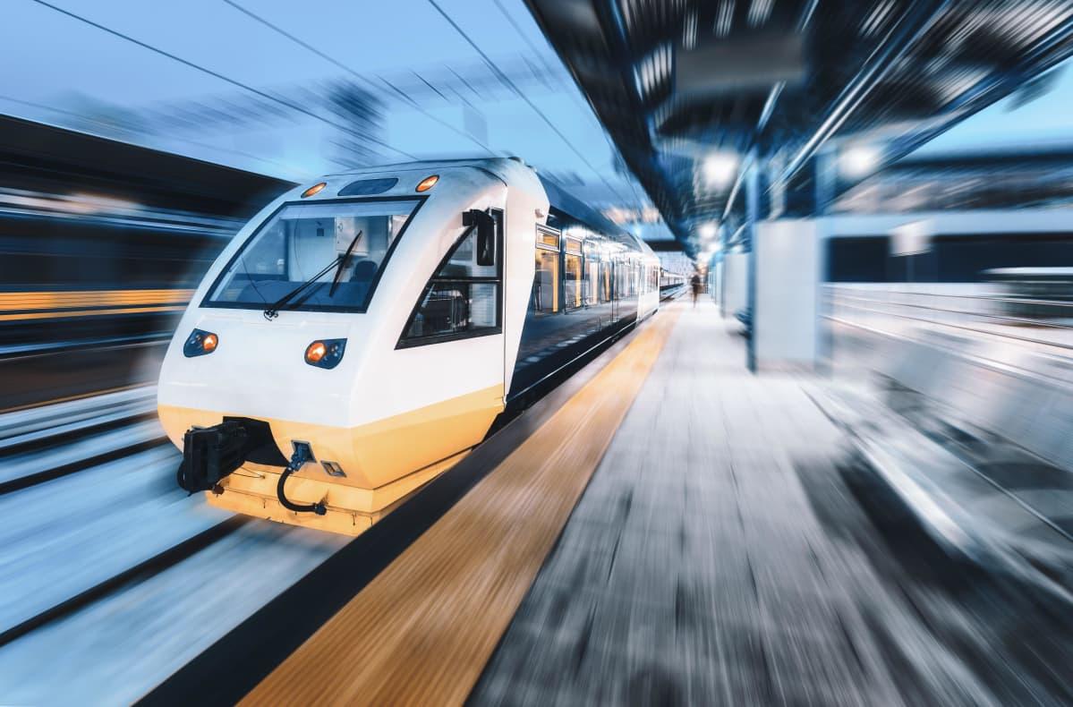 Luotijuna yöllä juna-asemalla