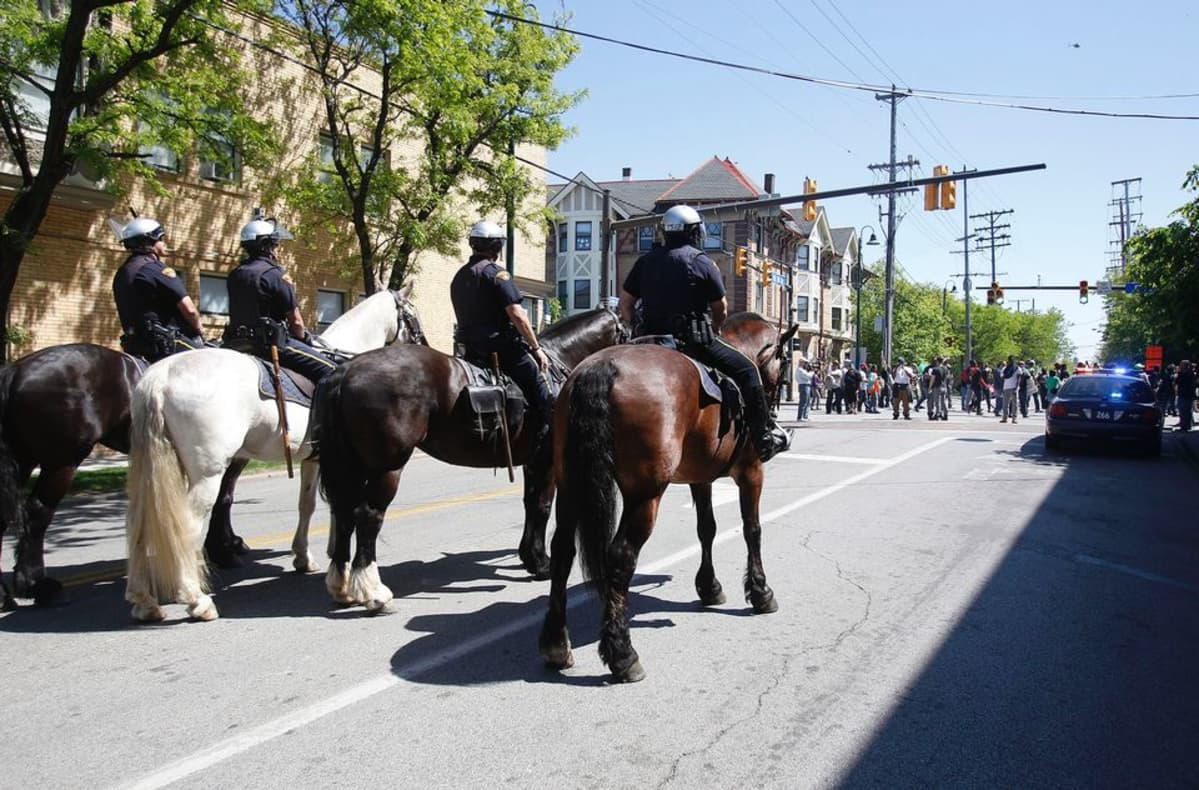 Poliisit ja mielenosoittajat vastakkain Clevelandissa, Ohiossa, 23. toukokuuta.