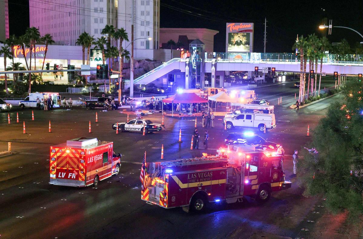 ambulansseja ja poliisiautoja öisellä kadulla