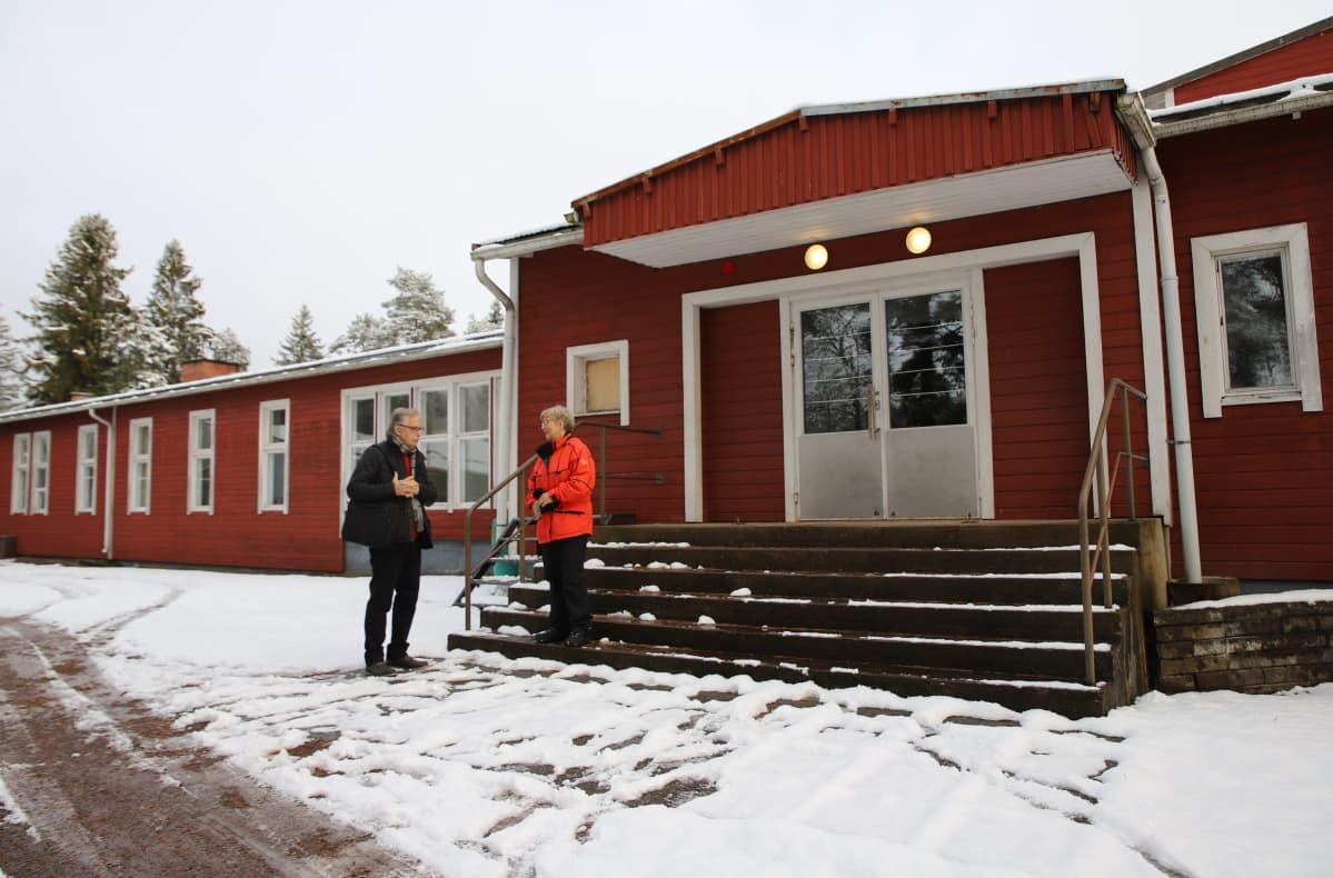 Kiukaisten koulurakennus ulkoa