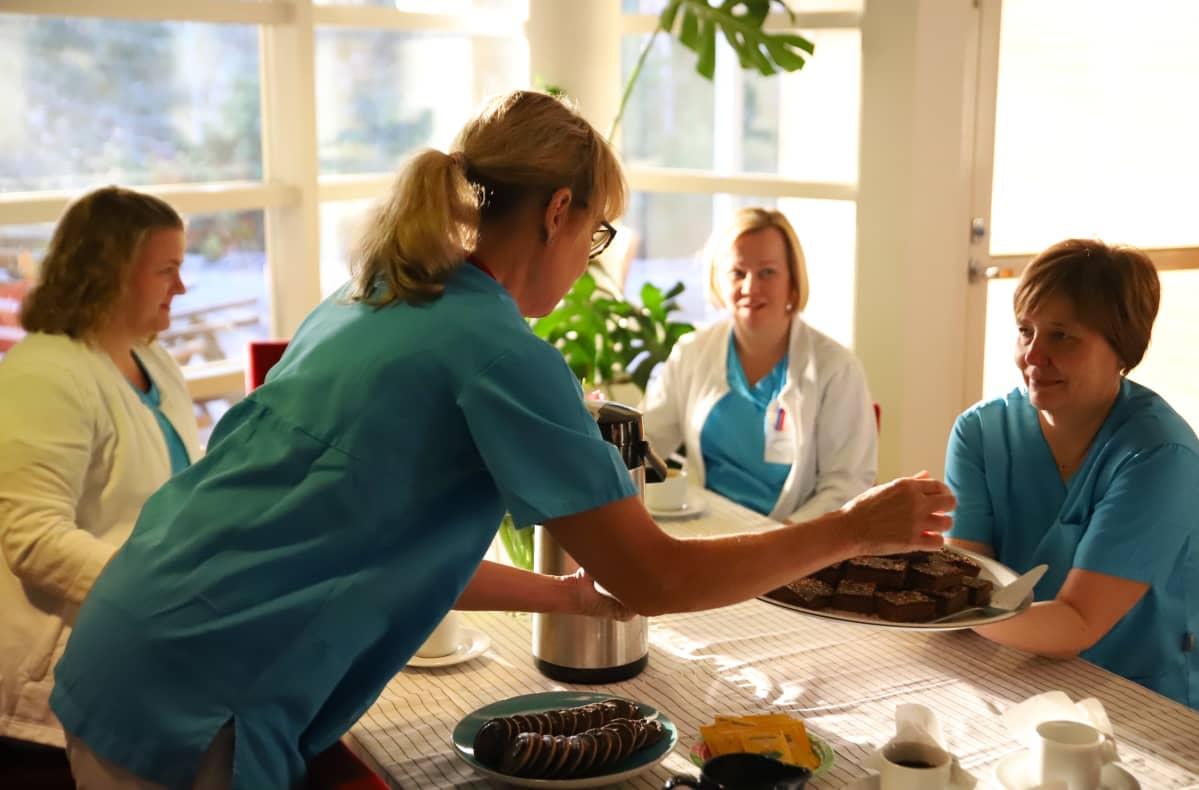 Hoitohenkilökunta kahvitteli Karinakodissa ennen potilaiden saapumista.
