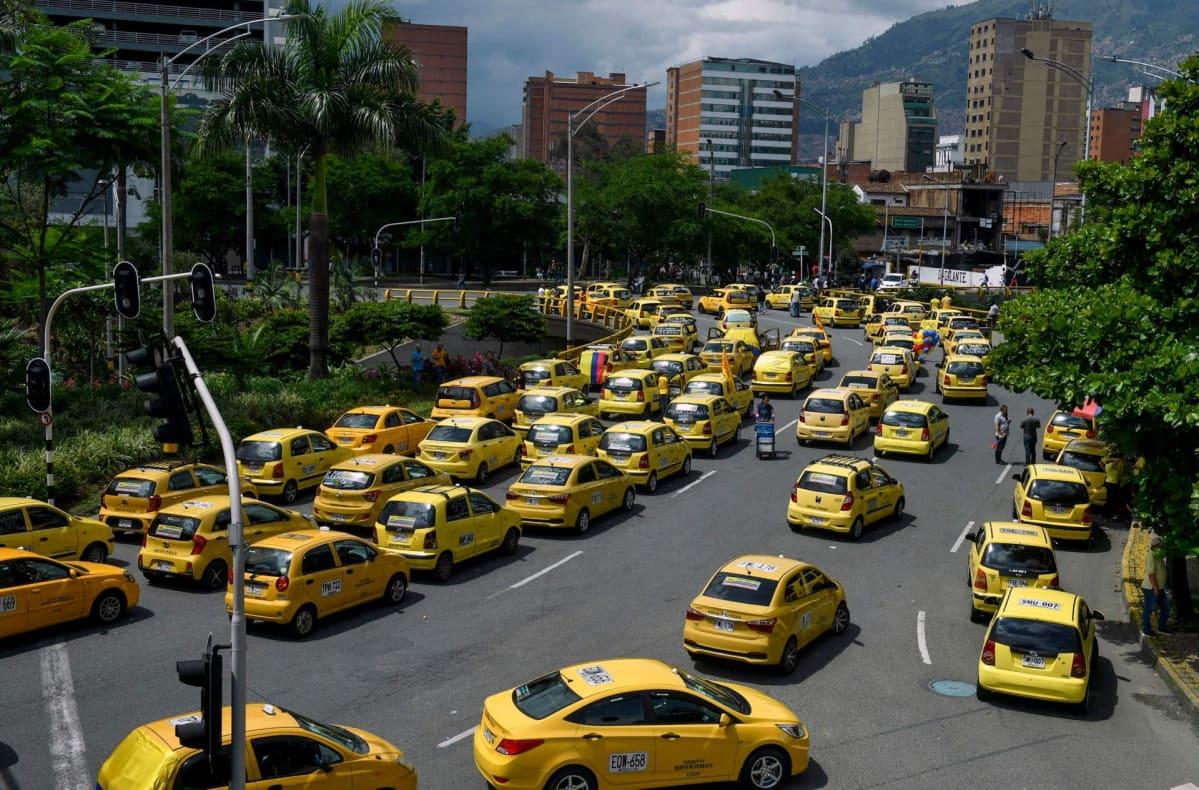 Taksinkuljettajat osoittivat mieltään Medellinissä Kolumbiassa.