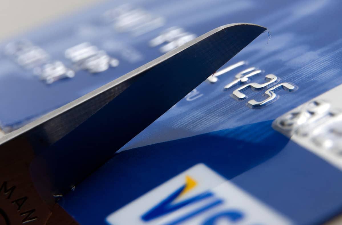 luottokorttia leikataan