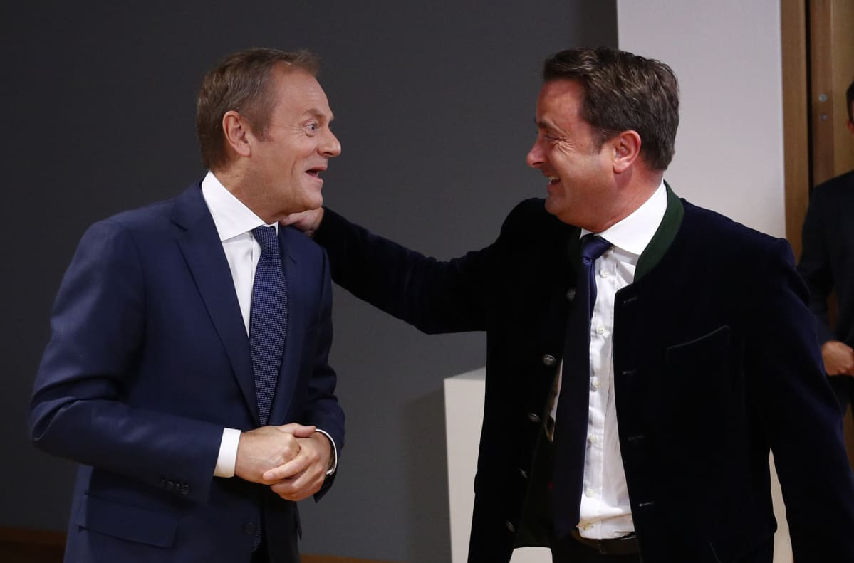 Kaksi nauravaa miestä