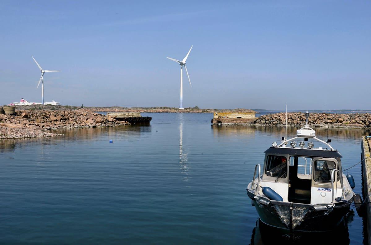 Tuulivoimaloita ja satama.