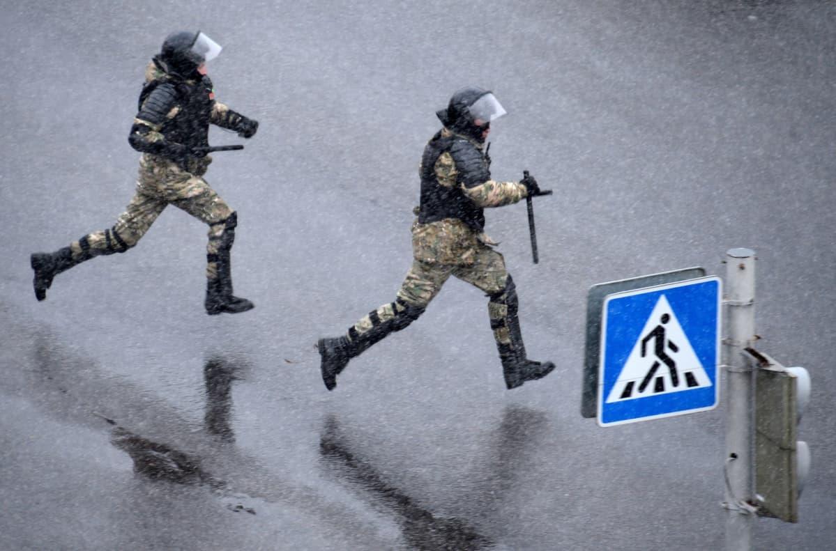 Valkovenäläisiä poliiseja