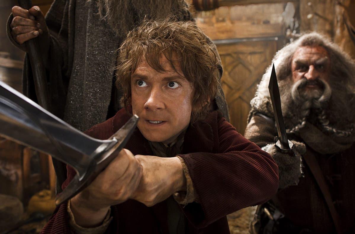 Hobbiti ja kääpiö miekat käsissään