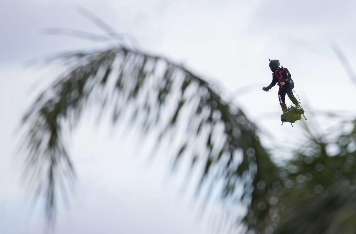 Mies lensi rakettirepulla Cannesin elokuvajuhlilla.